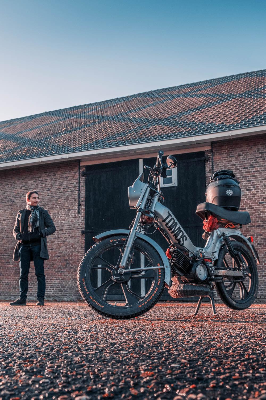 Shane van Dijk met zijn brommer door Siem Wigman