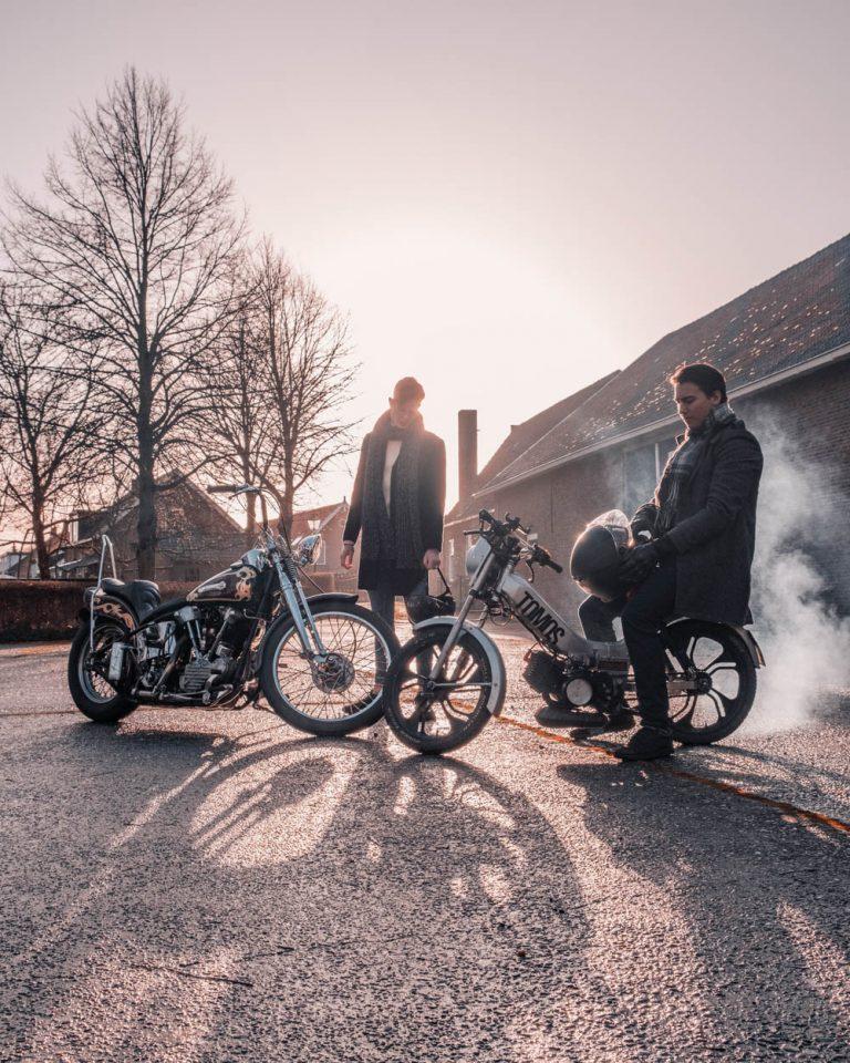 Shane en Guy Bouwman met motor en Tomos